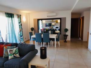 Część wypoczynkowa w obiekcie 3 Bedroom with Rooftop Terrace & Jacuzzi
