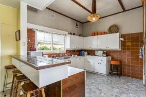 A kitchen or kitchenette at Dalmuir Homestead - Walk To Dromana Beach