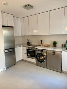 A kitchen or kitchenette at La casa Breezes