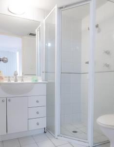 A bathroom at CP233-Cosy 2 bedroom Apt in Pyrmont 5 mins to ICC