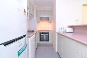 A kitchen or kitchenette at CP233-Cosy 2 bedroom Apt in Pyrmont 5 mins to ICC