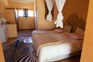 A bed or beds in a room at Corona Guest Farm