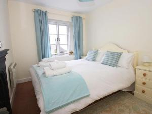 A bed or beds in a room at Driftwood Cottage