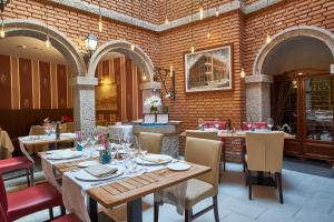 A restaurant or other place to eat at Casona De Torres