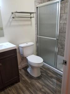 A bathroom at Sunset cottages