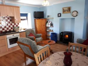 A kitchen or kitchenette at Jim's Holiday Cottage
