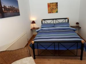 A bed or beds in a room at Jim's Holiday Cottage