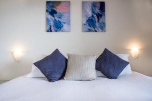 A bed or beds in a room at Panorama 11 - Hamilton Island