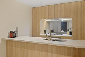 A kitchen or kitchenette at New 2 beds Apt mins walking to Darling Harbour,QVB