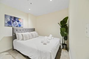 A bed or beds in a room at New 2 beds Apt mins walking to Darling Harbour,QVB