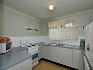 A kitchen or kitchenette at Close to Tea Gardens Waterfront