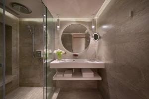 A bathroom at Grand Hyatt Taipei