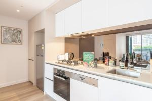 A kitchen or kitchenette at Darling Harbour home close to ICC & Chinatown