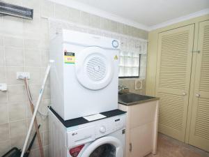 A kitchen or kitchenette at Lazy Daze