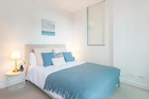 A bed or beds in a room at Sydney CBD Darling Harbour & ICC 2BR Free Parking
