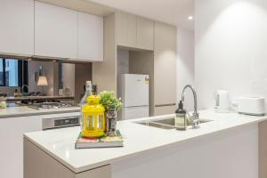 A kitchen or kitchenette at Sydney CBD Darling Harbour & ICC 2BR Free Parking