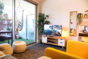 A seating area at THE BEST COZIEST COMFY STUDIO W/BALCONY BBQ - Bondi Beach