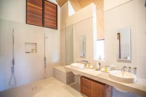 A bathroom at Niramaya Villas and Spa