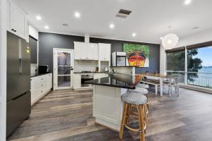 A kitchen or kitchenette at Lakeside Landing - Waterfront