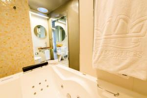 A bathroom at Hotel & Spa Princesa Munia