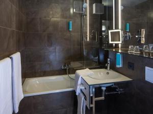 A bathroom at Austria Trend Hotel beim Theresianum Wien