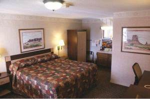 A bed or beds in a room at Wetherill Inn