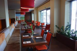 A restaurant or other place to eat at Desilva Inn Katowice Airport