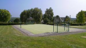 Tennis ou squash au sein de le village vacances ou à proximité