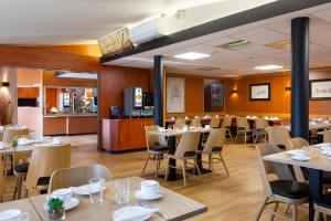 Ein Restaurant oder anderes Speiselokal in der Unterkunft Hôtel Roi Soleil Colmar