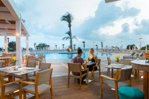 A restaurant or other place to eat at Leonardo Laura Beach & Splash Resort