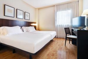 A bed or beds in a room at Hotel Sercotel Tudela Bardenas
