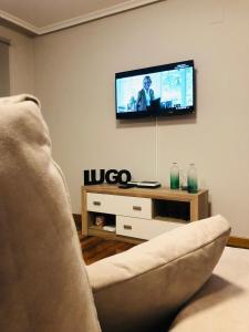 Una televisión o centro de entretenimiento en Apartamentos San Froilan