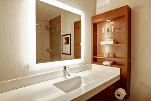 A bathroom at Hilton Mississauga/Meadowvale