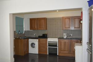 A kitchen or kitchenette at Kensington Guest House Liverpool