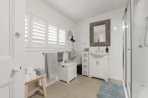 A bathroom at Amber Cottage; Luxury Seaside Retreat with outdoor spa!