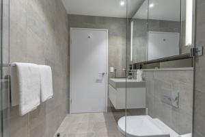 A bathroom at High-Rise apt Near Darling Harbour