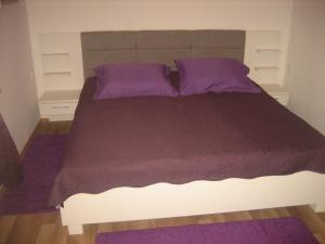 A bed or beds in a room at Guest House Tija 1