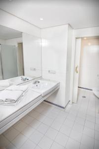 A bathroom at Park Plaza Suites Apartamentos