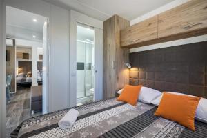 Łóżko lub łóżka w pokoju w obiekcie Mobile Homes - Lanterna Premium Camping Resort