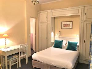 A bed or beds in a room at Hotel De Suez