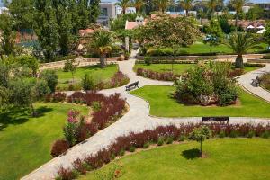 Ein Garten an der Unterkunft Minoa Palace Resort & Spa