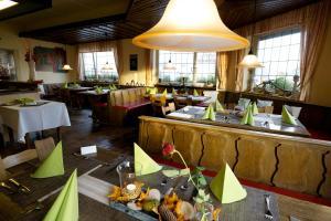 Ein Restaurant oder anderes Speiselokal in der Unterkunft Hotel Gasthof Rose