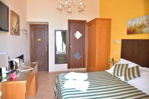 A bed or beds in a room at La Pensione Svizzera
