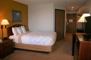 A bed or beds in a room at Heritage Inn Express