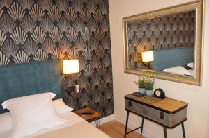 A bed or beds in a room at Pensión Boutique Caravan Cinema