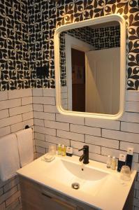 A bathroom at Pensión Boutique Caravan Cinema