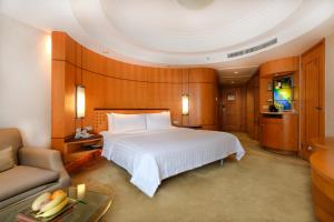 A bed or beds in a room at Makati Shangri-La Manila (Staycation Approved)