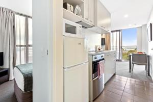A kitchen or kitchenette at Proximity Apartments Manukau / Auckland Airport