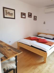 A bed or beds in a room at Guesthouse S