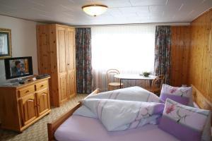 Ein Bett oder Betten in einem Zimmer der Unterkunft Hotel Hulfteggpass